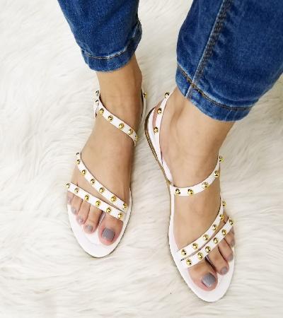 Sandalias blancas con taches dorados