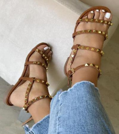 Sandalias con taches