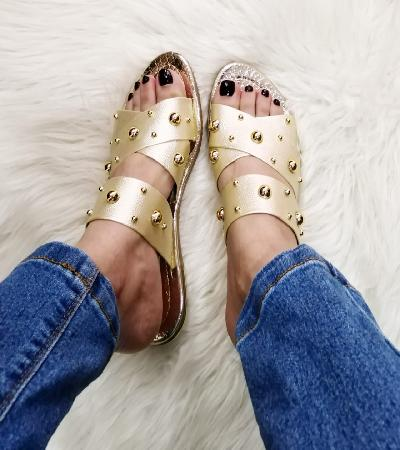 Sandalias doradas con taches de piedras preciosas