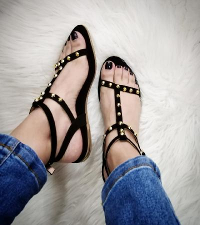 Sandalias negras con taches dorados