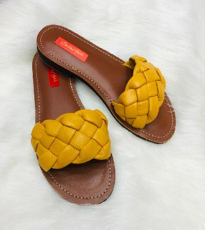 Sandalias trenzadas en color mostaza